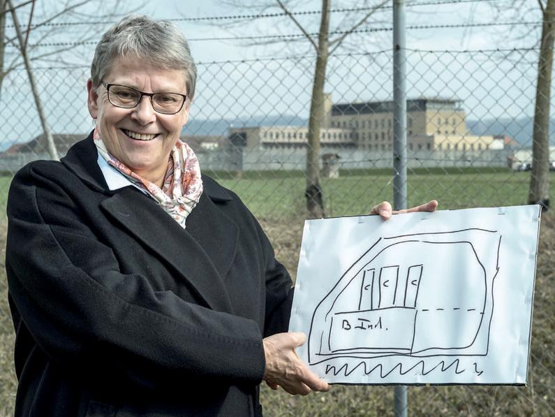 EPO Projet des Grand-Marais, (nouveau Bois-Mermet). La Conseillère d'Etat Béatrice Métraux présente le projet devant le bâtiment des EPO, lundi 19 mars 2018.